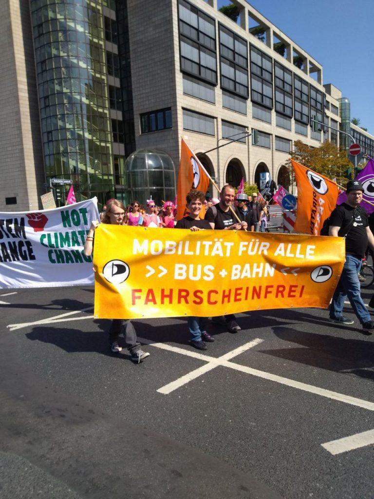 Auf der IAA-Demo wird die Flagge für die Taunus-Piraten mit Frankfurter und Mainzer Unterstützung hochgehalten.